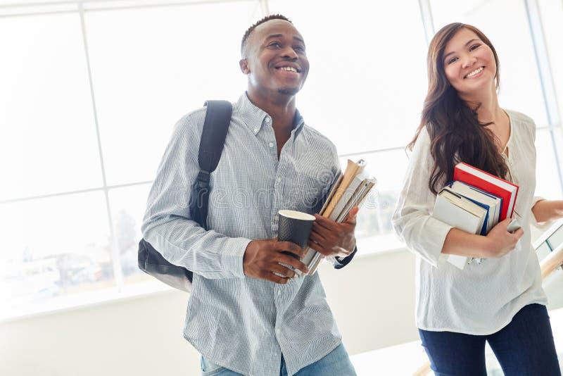 Étudiants heureux comme couple images libres de droits