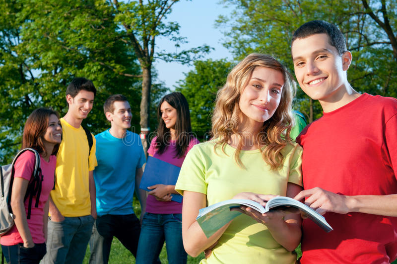 Étudiants heureux extérieurs image stock