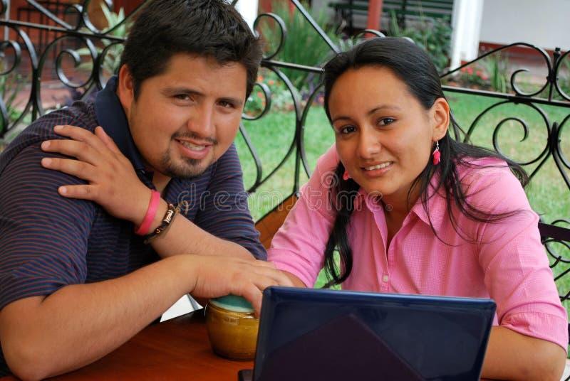 étudiants hispaniques d'ordinateur portatif images stock