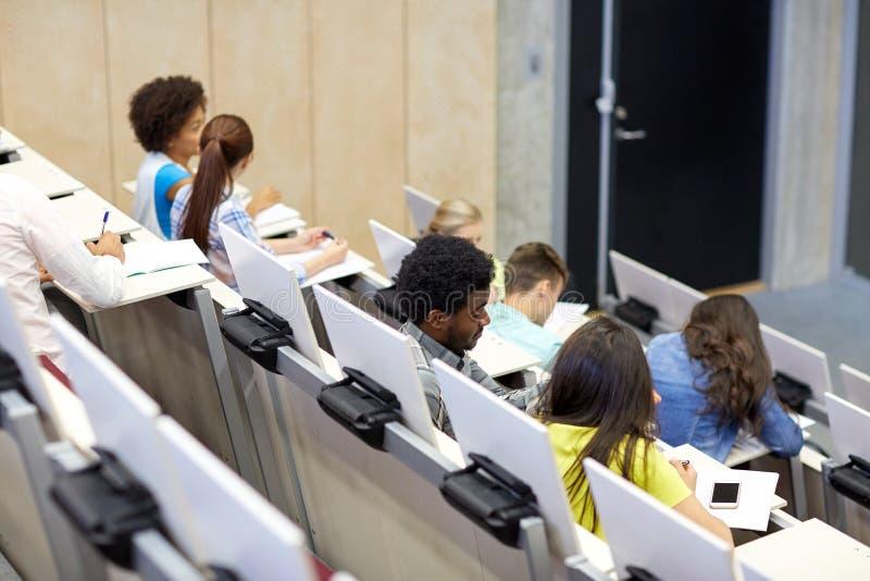 Étudiants internationaux à la salle de conférences d'université image libre de droits