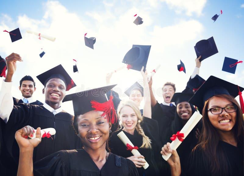 Étudiants internationaux célébrant l'obtention du diplôme photographie stock libre de droits