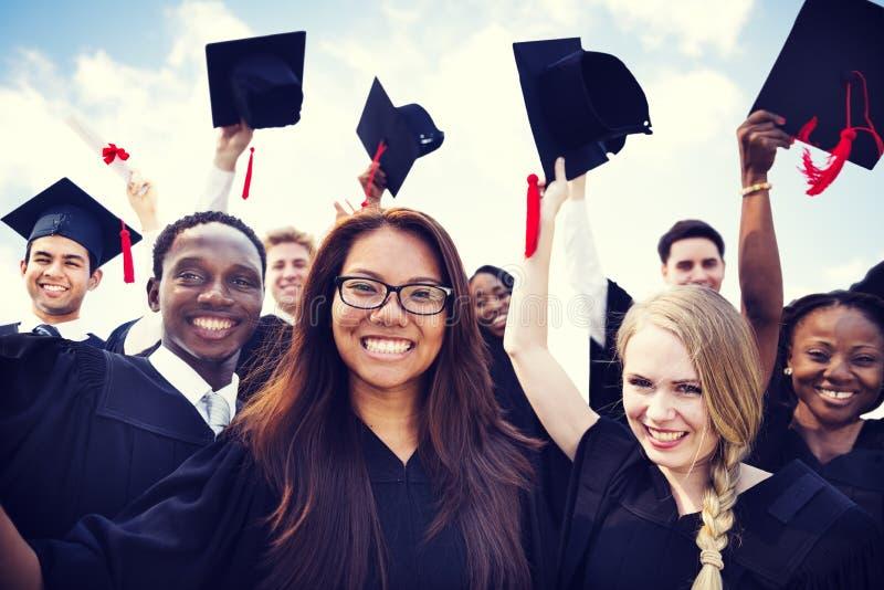 Étudiants internationaux célébrant l'obtention du diplôme photos stock