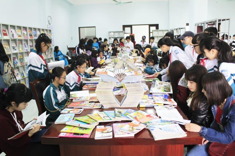 Étudiants lisant dans la bibliothèque photos stock