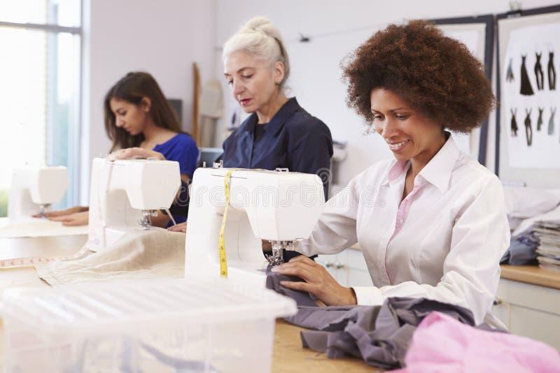 Étudiants mûrs étudiant la mode et la conception image libre de droits