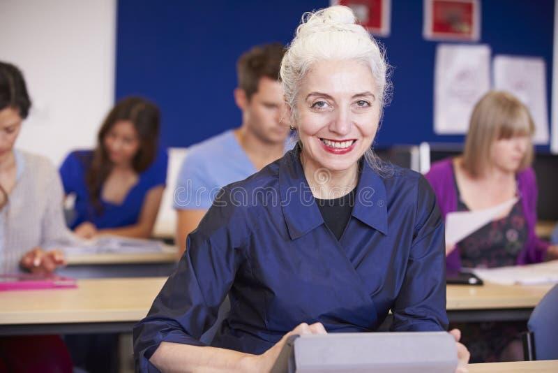 Étudiants mûrs dans la classe d'éducation plus permanente photos libres de droits
