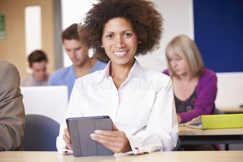 Étudiants mûrs dans la classe d'éducation plus permanente images libres de droits