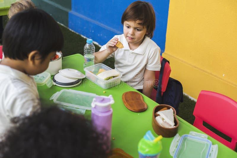 Étudiants mangeant la pause de midi de nourriture ensemble image stock