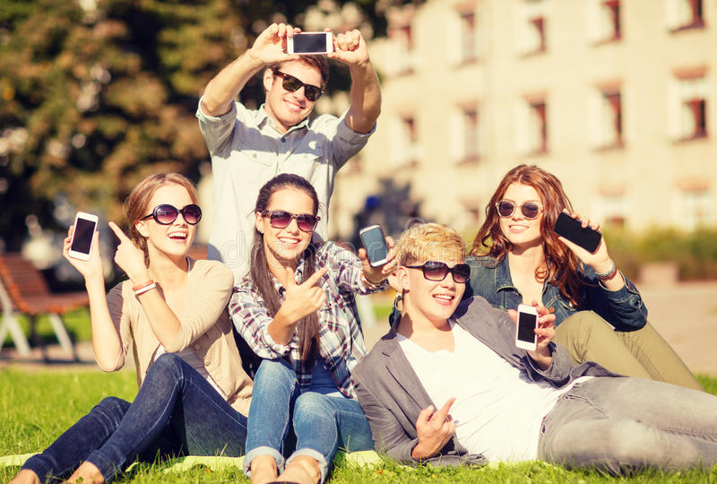 Étudiants montrant des smartphones image libre de droits