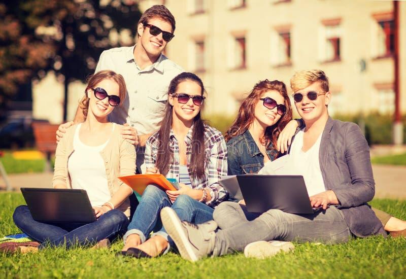 Étudiants ou adolescents avec des ordinateurs portables images libres de droits