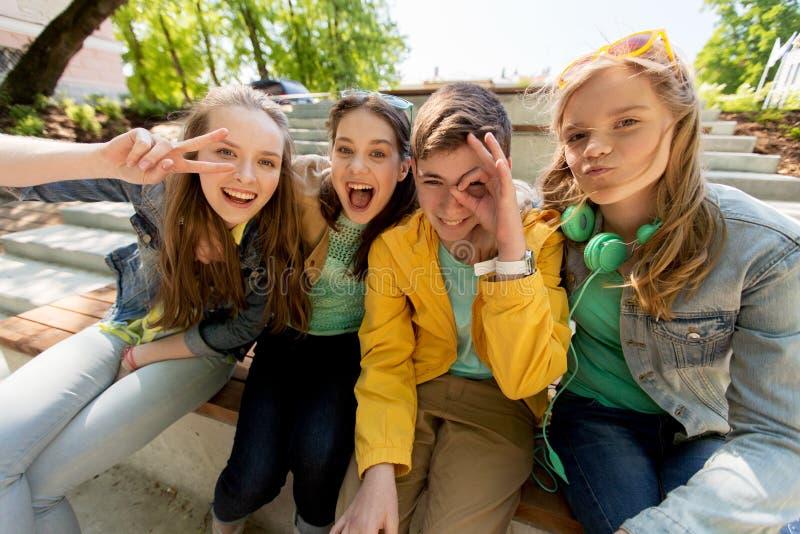 Étudiants ou amis adolescents heureux ayant l'amusement images stock