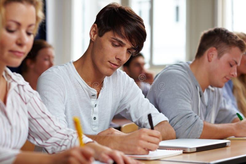 Étudiants passant un examen photos stock