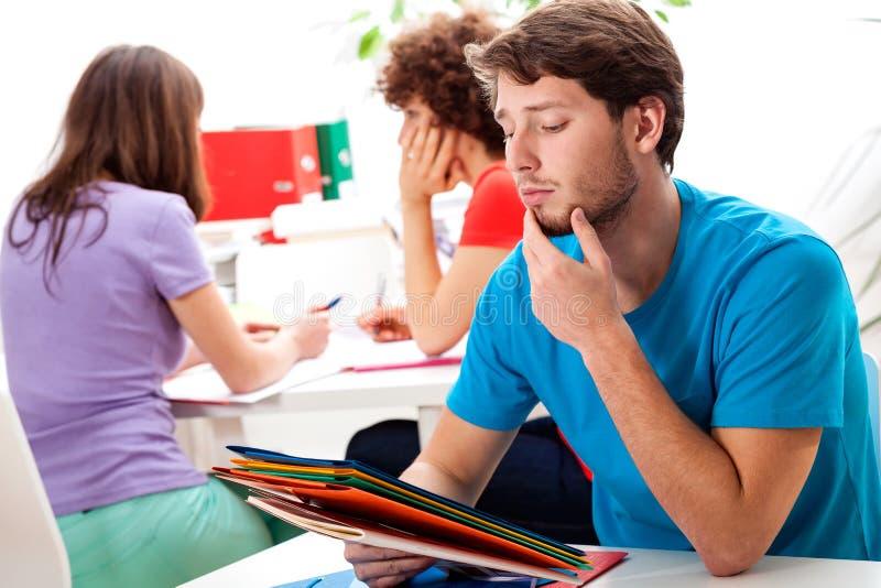 Étudiants pensant à l'exercice difficile image stock