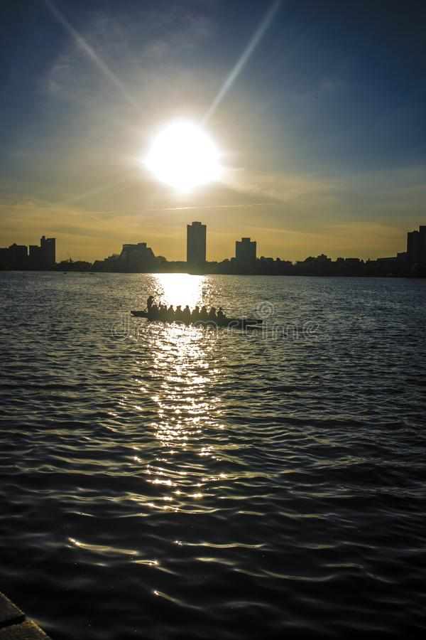 Étudiants pratiquant le canoë et le kayak en Charles River, Boston photos stock