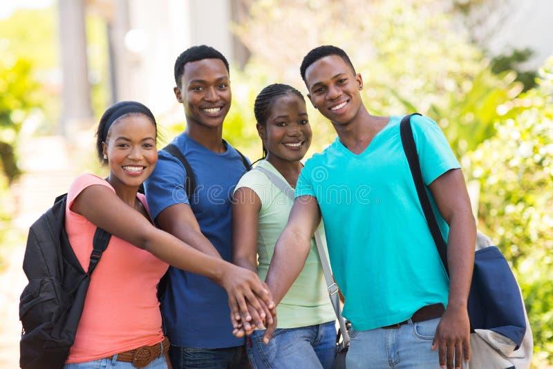 étudiants remontant des mains photo stock
