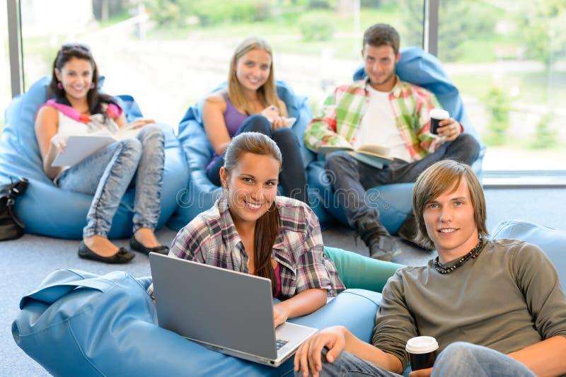 Étudiants s'asseyant sur des sacs à haricots dans la chambre d'étude image stock
