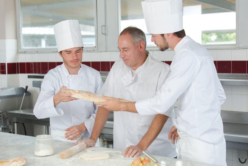 Étudiants s'exerçant pour travailler dans l'industrie de la restauration image stock