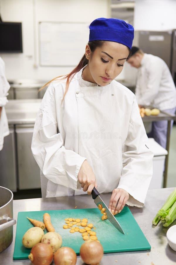 Étudiants s'exerçant pour travailler dans l'industrie de la restauration photos libres de droits