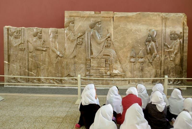 Étudiants suivant la classe d'histoire au Musée National de l'Iran photographie stock libre de droits