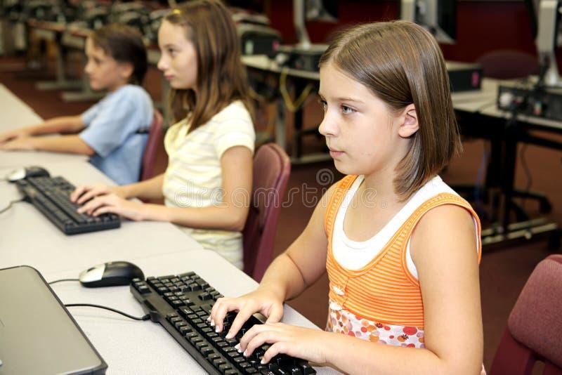 Étudiants sur des ordinateurs photo libre de droits