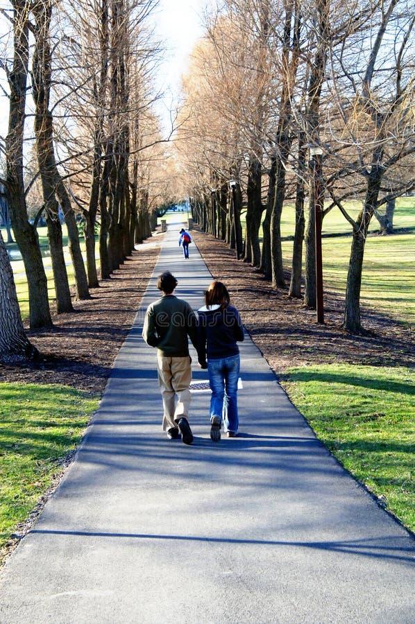 Étudiants sur le campus images libres de droits