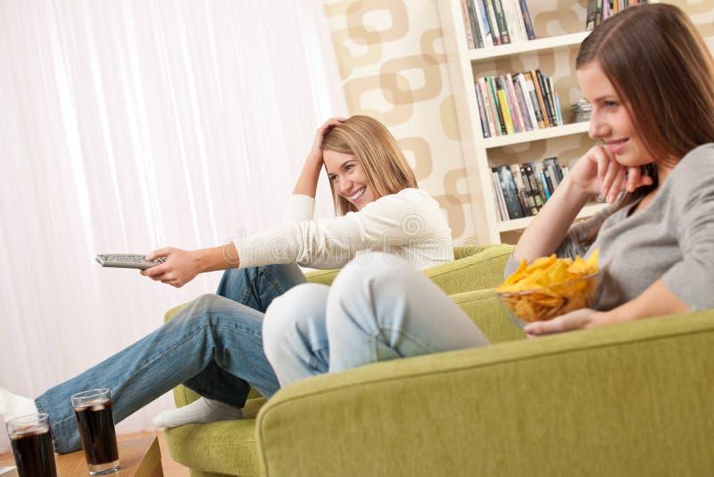 Étudiants - télévision de observation d'adolescente de deux femelles images libres de droits