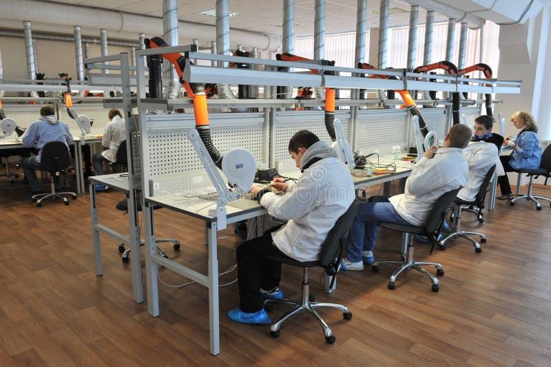 Étudiants universitaires dans l'électrotechnique dans la salle de classe images stock