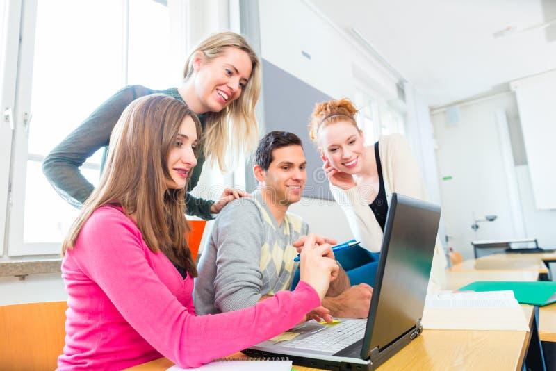 Étudiants universitaires dans l'étude de travail d'équipe images libres de droits