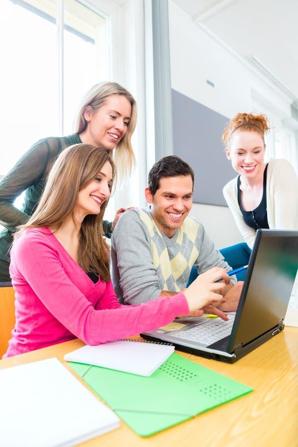Étudiants universitaires dans l'étude de travail d'équipe image libre de droits
