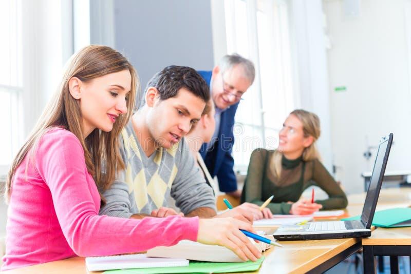 Étudiants universitaires lerning avec le professeur photos libres de droits