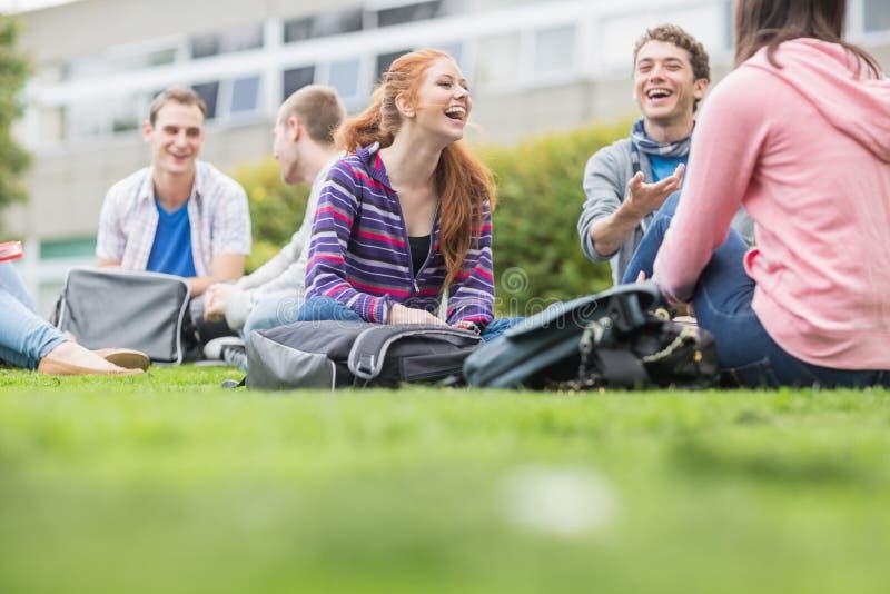 Étudiants universitaires s'asseyant en parc image libre de droits