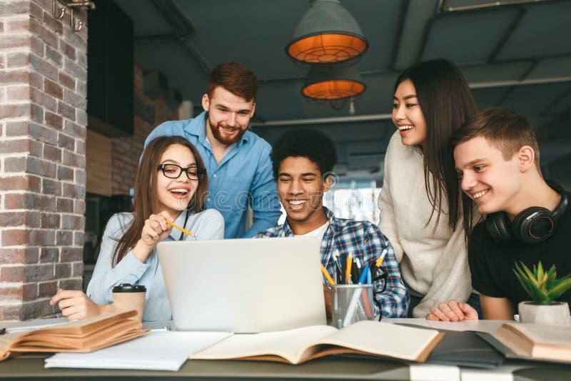 Étudier ensemble Étudiants du collège se préparant pour des cours à la bibliothèque images stock