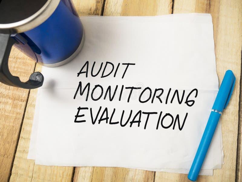 Évaluation, audit d'affaires surveillant des citations de motivation de mots image stock