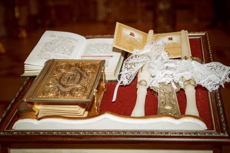 Évangile et bougies de épouser image libre de droits