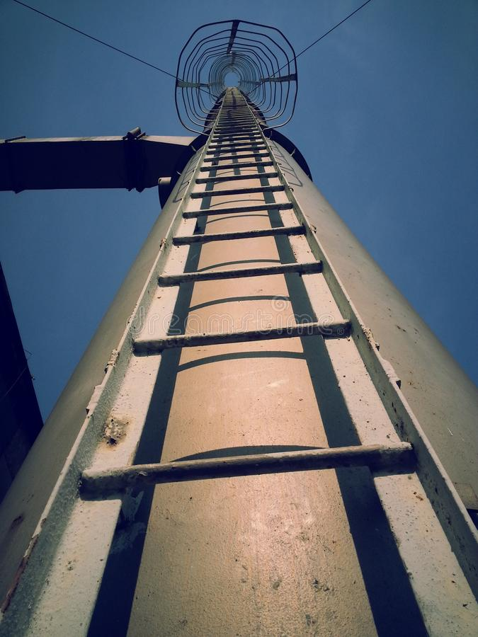 Évasion jusqu'au ciel par l'échelle de fer image libre de droits