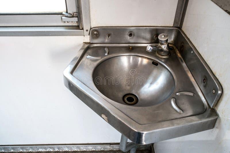 Évier d'acier inoxydable dans le coin sur le train photo libre de droits
