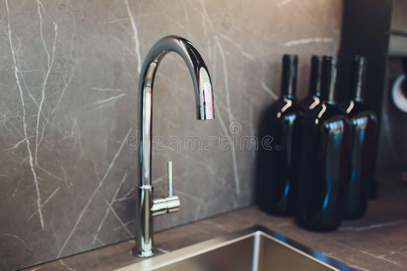 Évier de cuisine moderne avec le robinet en métal et le marbre noir photos libres de droits