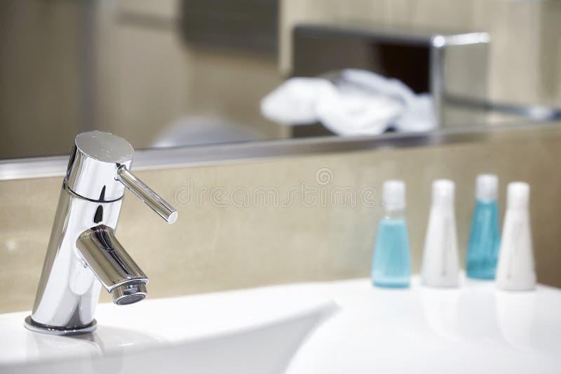 Évier de salle de bains d'hôtel avec le robinet image libre de droits