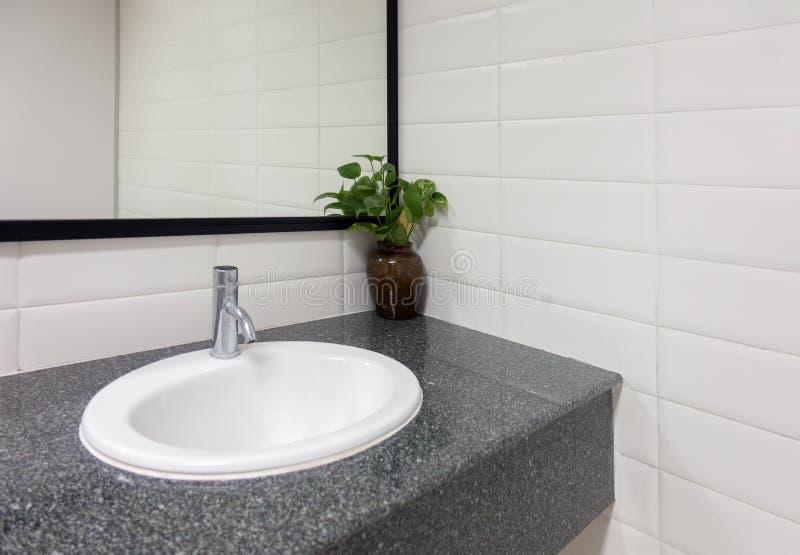 Évier en céramique, miroir moderne de salle de bains de lavabo, conception intérieure image libre de droits