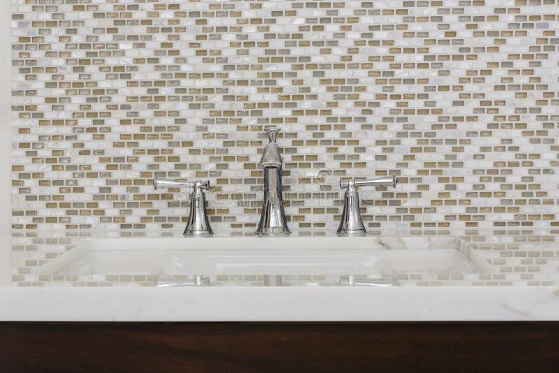 Évier et montage contemporains de salle de bains photo libre de droits