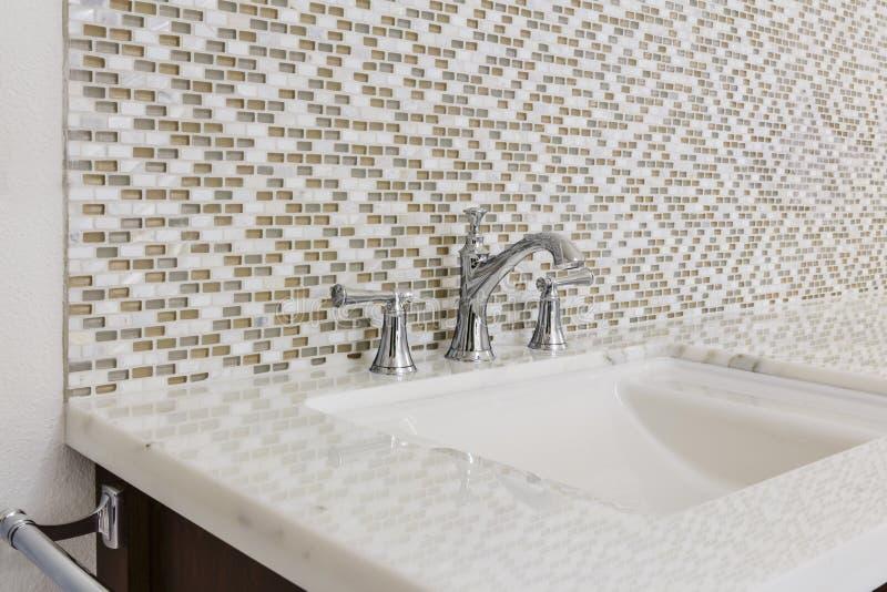 Évier et montage contemporains de salle de bains image libre de droits