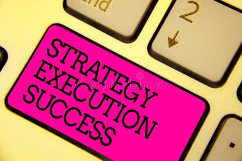 Éxito de la ejecución de la estrategia del texto de la escritura de la palabra Concepto del negocio para poner plan o la lista y  imagenes de archivo