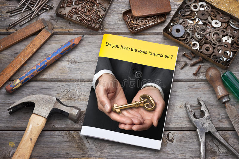 Éxito de la llave del folleto del negocio de las herramientas fotografía de archivo