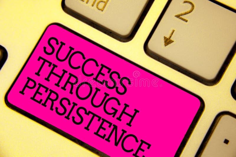Éxito del texto de la escritura de la palabra con persistencia El concepto del negocio para nunca abandona para alcanzar alcanza  imágenes de archivo libres de regalías