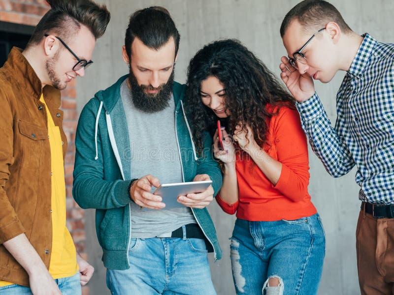 Éxito diverso del equipo del negocio de la tableta de Millennials imágenes de archivo libres de regalías