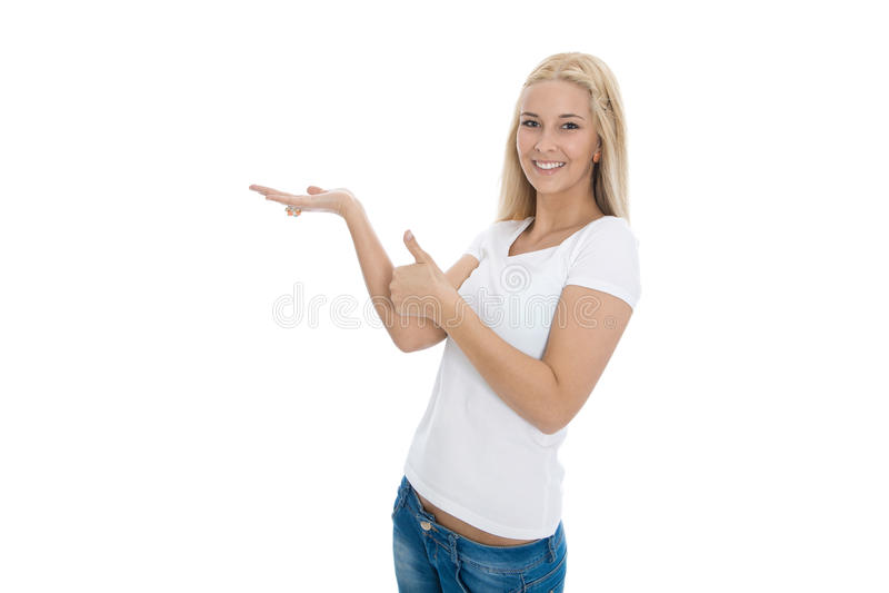 Éxito - mujer rubia joven está presentando un nuevo producto - isolat foto de archivo
