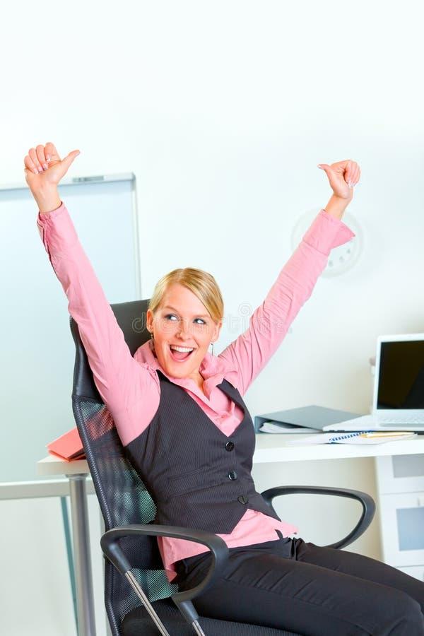 Éxito que disfruta feliz de la mujer de negocios imágenes de archivo libres de regalías