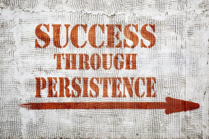Éxito a través de la pintada de la persistencia en la pared del estuco imagen de archivo libre de regalías