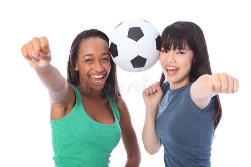 Éxito y diversión de los adolescentes con el balón de fútbol imagen de archivo