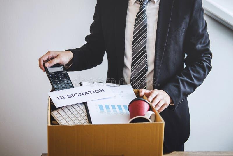 Être de volonté préparé par homme d'affaires envoyant la lettre de démission à la société et portant affaires et dossiers d'embal photos stock