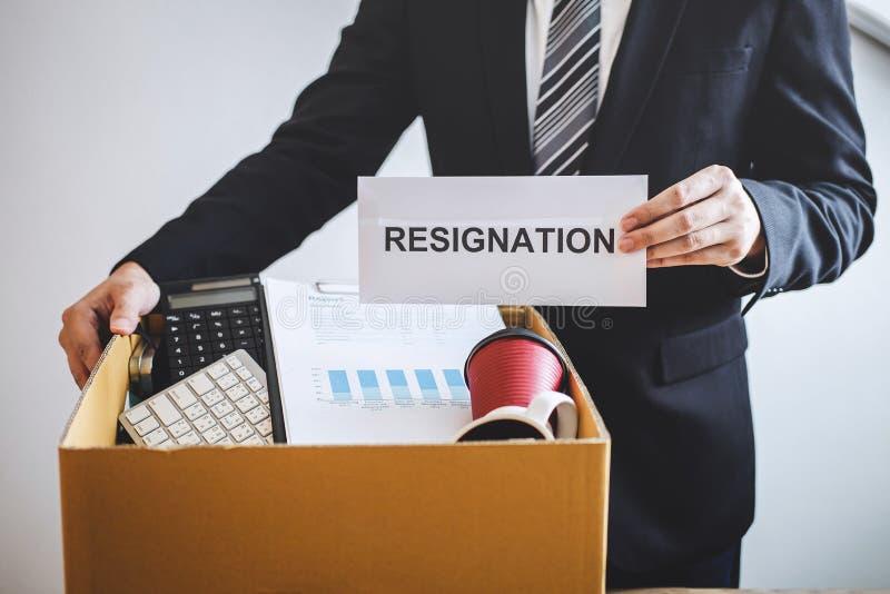 Être de volonté préparé par homme d'affaires envoyant la lettre de démission à la société et portant affaires et dossiers d'embal photo stock